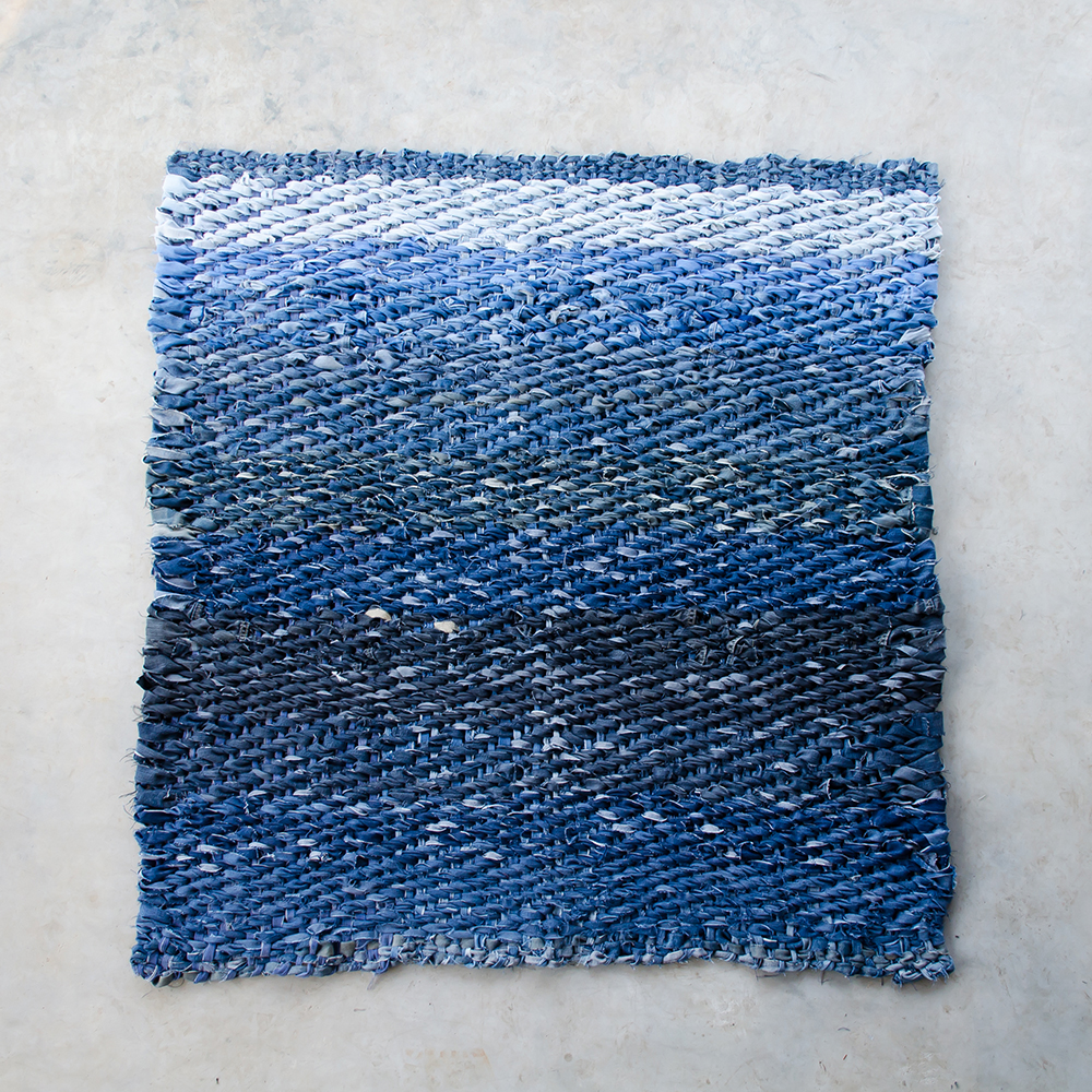 Spijkerstof vloerkleed van diverse spijkerbroeken. Geweven in linnenbinding.