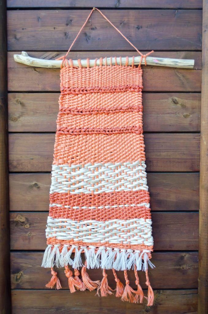 Wandkleed gemaakt van stro-touw, upcycling door Atelier groenmblauw.