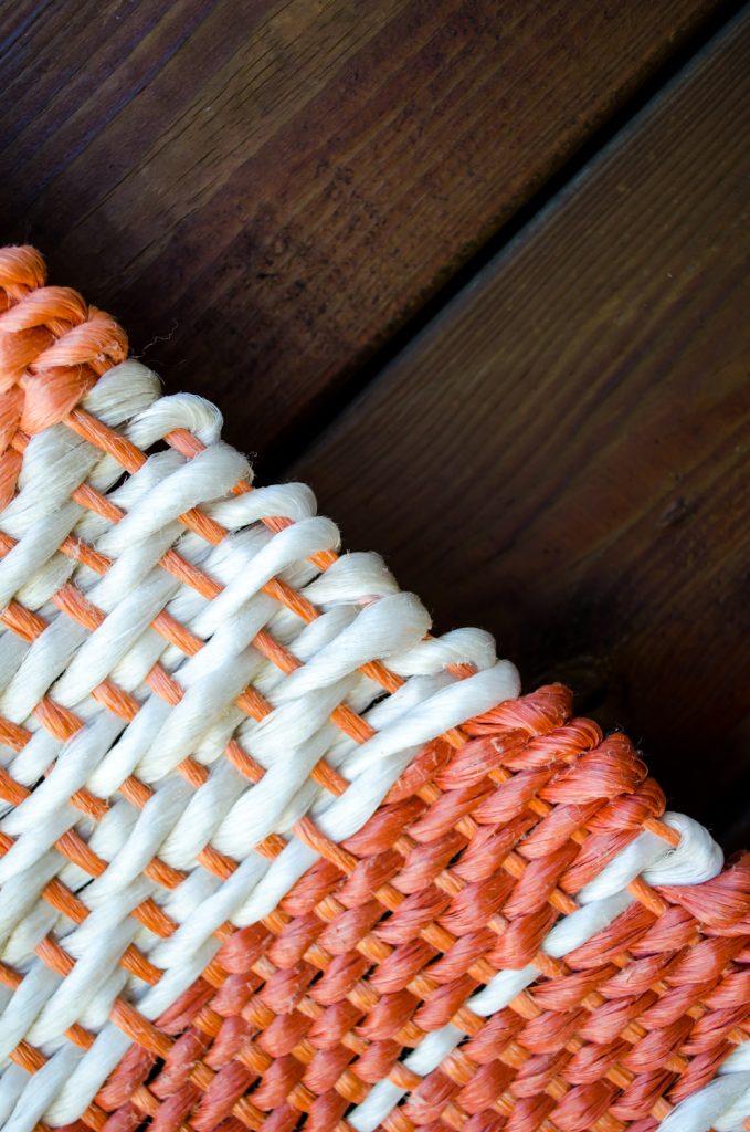 Detailfoto wandkleed gemaakt van stro-touw, upcycling