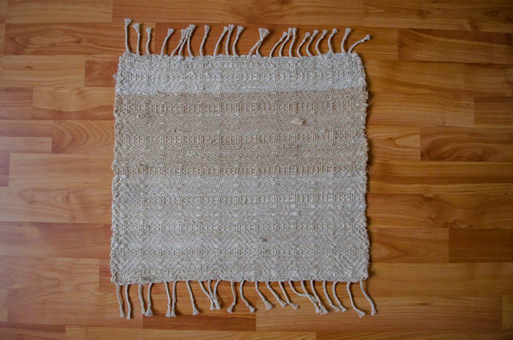 Upcycle textiel, handgeweven uniek vloerkleed van een oud hoeslaken, geverfd met uienschillen.