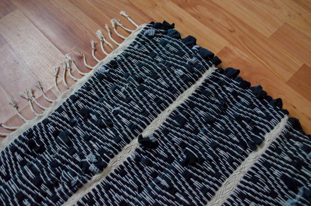 Upcycle textiel, handgeweven uniek vloerkleed van oude sokken, detail