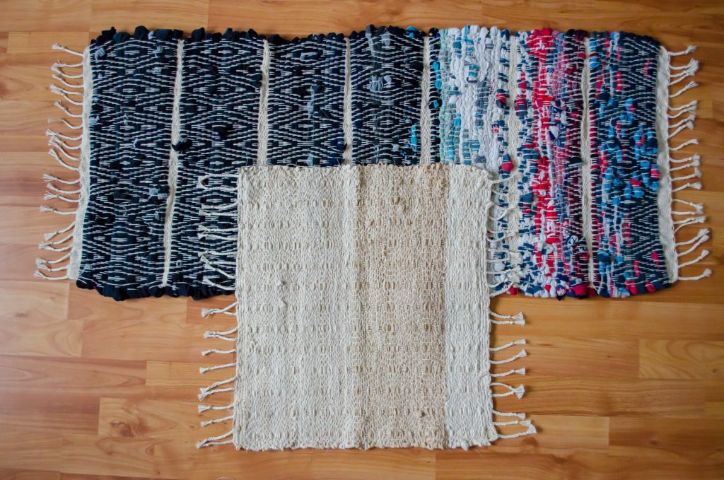 upcycle textiel, handgeweven kleden van oude sokken en een oud hoeslaken.