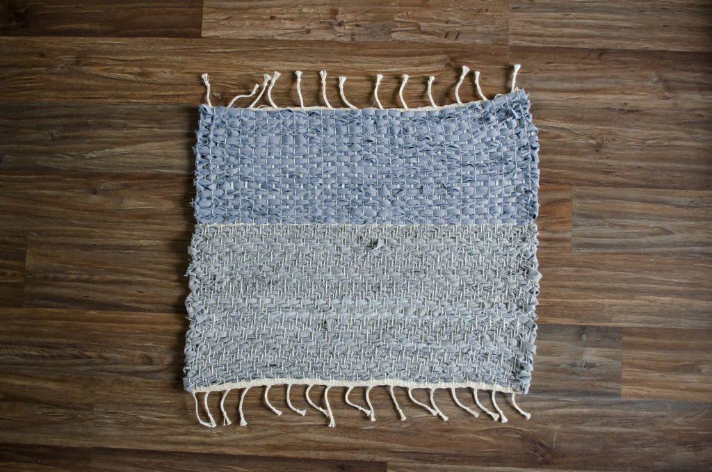 Upcycle textiel, handgeweven uniek vloerkleed van oude spijkerbroeken.