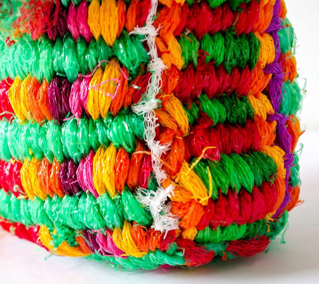 Plastic netjes tasje, detail van verbindingen, ook gemaakt met plastic netjes.