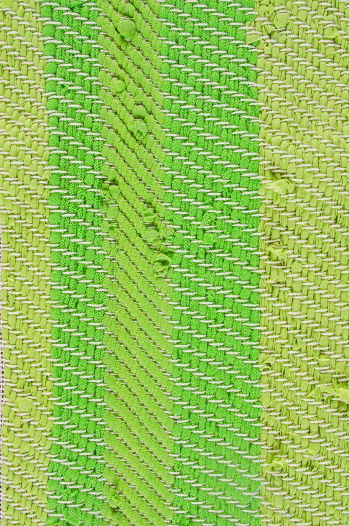 Detail van een van de herinneringskleden, waarop goed te zien is hoe verschillende textielsoorten reageren op de keperbinding.